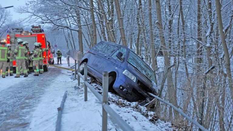 VW von Geländer aufgespießt – Fahrer fast unverletzt!