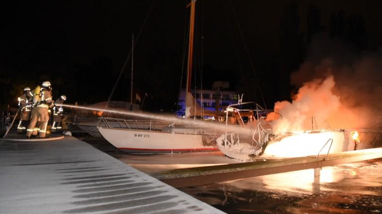 In Wilhelmstadt brannte ein Segelboot aus – B.Z. Berlin